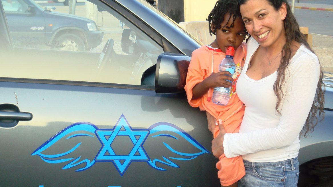Gal Lusky assistant un orphelin soudanais en Egypte.