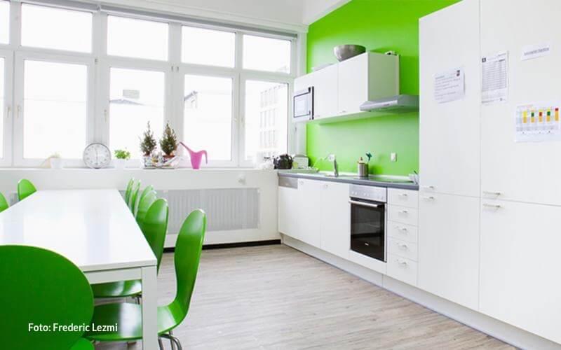 Eine voll ausgestattete Küche steht für Dich bereit.