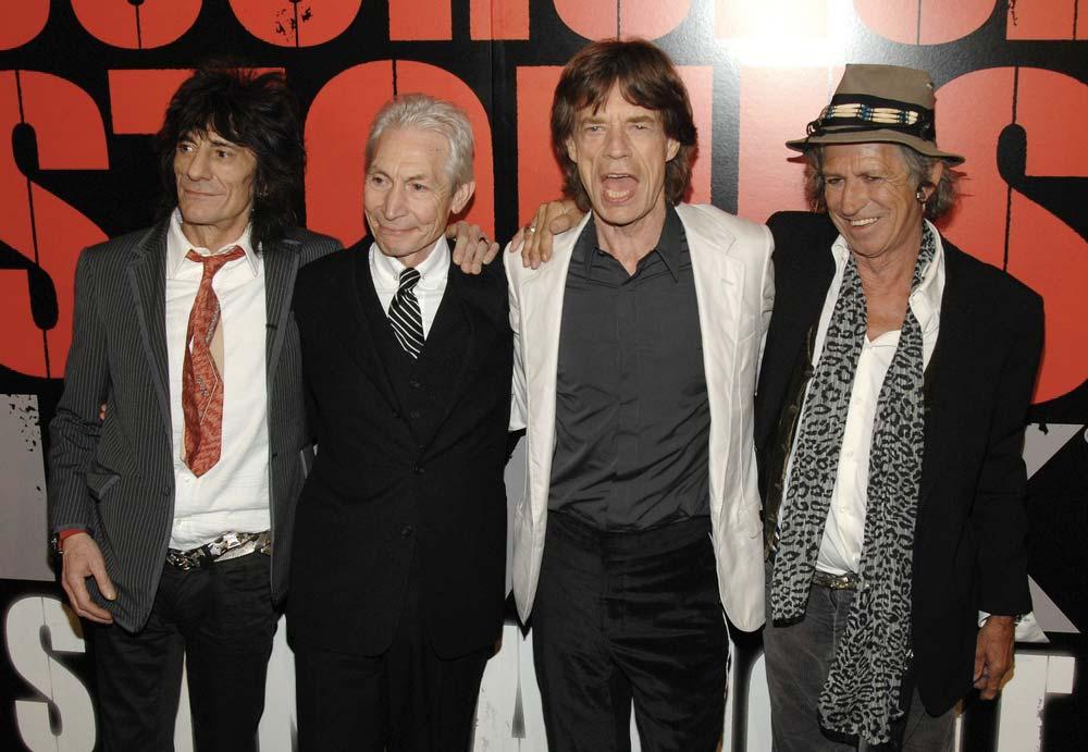 Pózující kapela Rolling Stones, na fotce nechybí frontman Mick Jagger se sebevědomím výrazem.