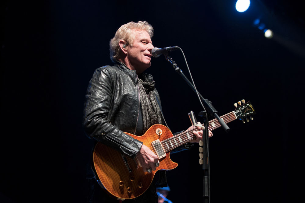 Kytarista skupiny The Eagles Don Felder vystupující na pódiu - Felder se ke kapele přidal v roce 1975.