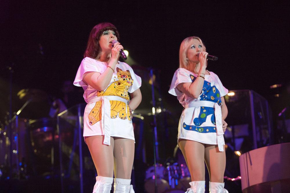 Dvě členky švédské skupiny ABBA zpívající na koncertě v Budapešti.