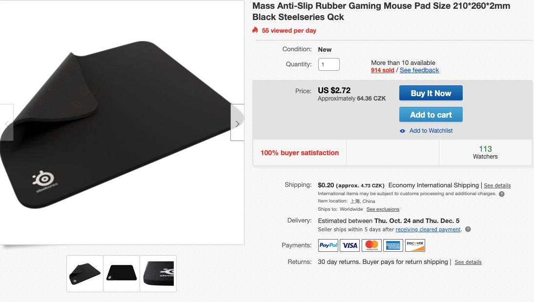 Černá a velká podložka pod myš, která se dá na eBay koupit za velmi levných 64 korun.
