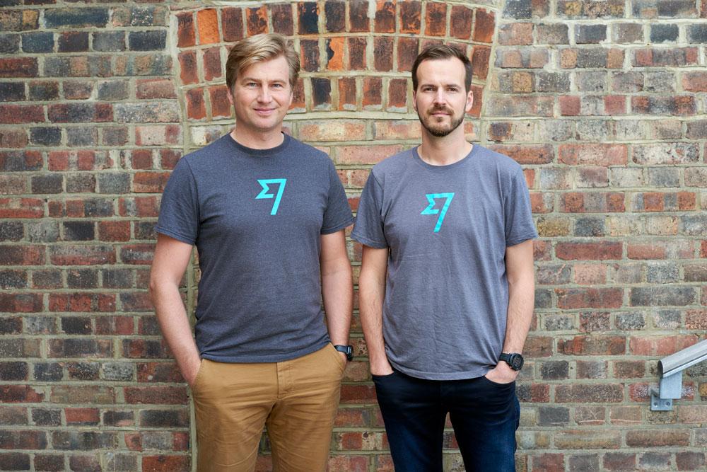 Zakladatelé služby TransferWise Kristo Käärmann a Taavet Hinrikus se sebevědomým výrazem na firemní fotce.