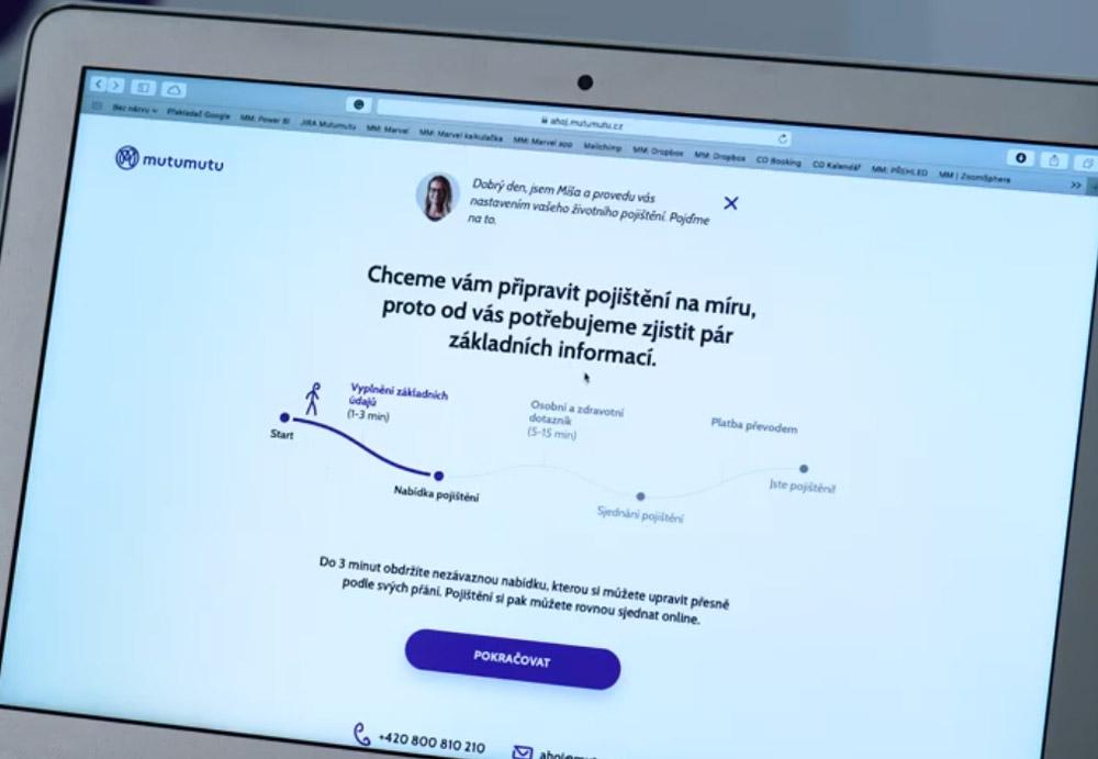 Notebook, na kterém jsou otevřeny webové stránky Mutumutu. Je vidět registrační formulář.