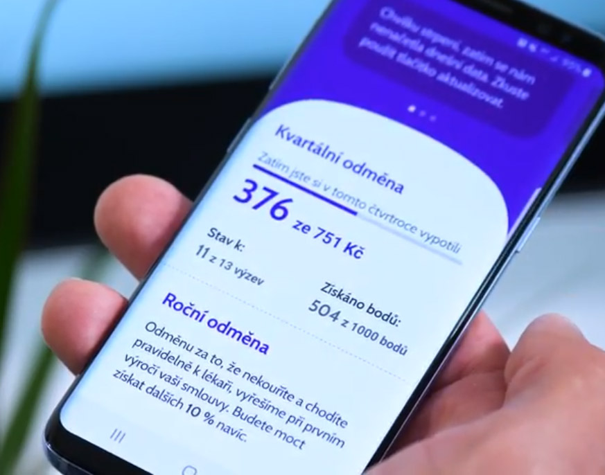 Mobilní telefon, který ukazuje program odměn od Mutu, ve kterém je možné získat až 30 % peněz zpět.
