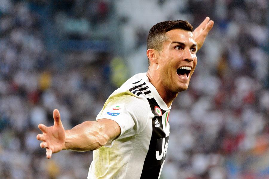 Portugalský fotbalista Cristiano Ronaldo v dresu Juventusu Turín se raduje poté, co vstřelil gól.