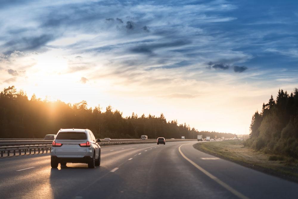 Dálnice, po které se prohánějí auta. Od roku 2021 platí takzvaná elektronická dálniční známka.