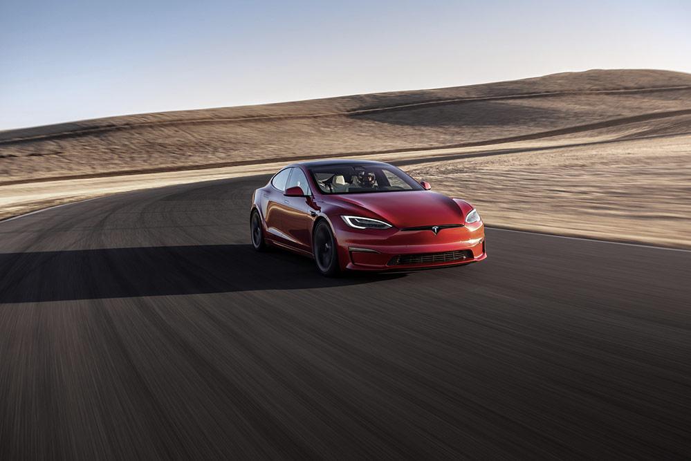 Tesla Model S v červené barvě se prohání po testovacím okruhu.