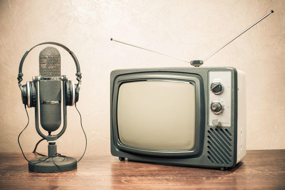 Stará televize a rádio. Aktuální televizní poplatek je 135 Kč měsíčně, rozhlasový poplatek činí 45 korun měsíčně.