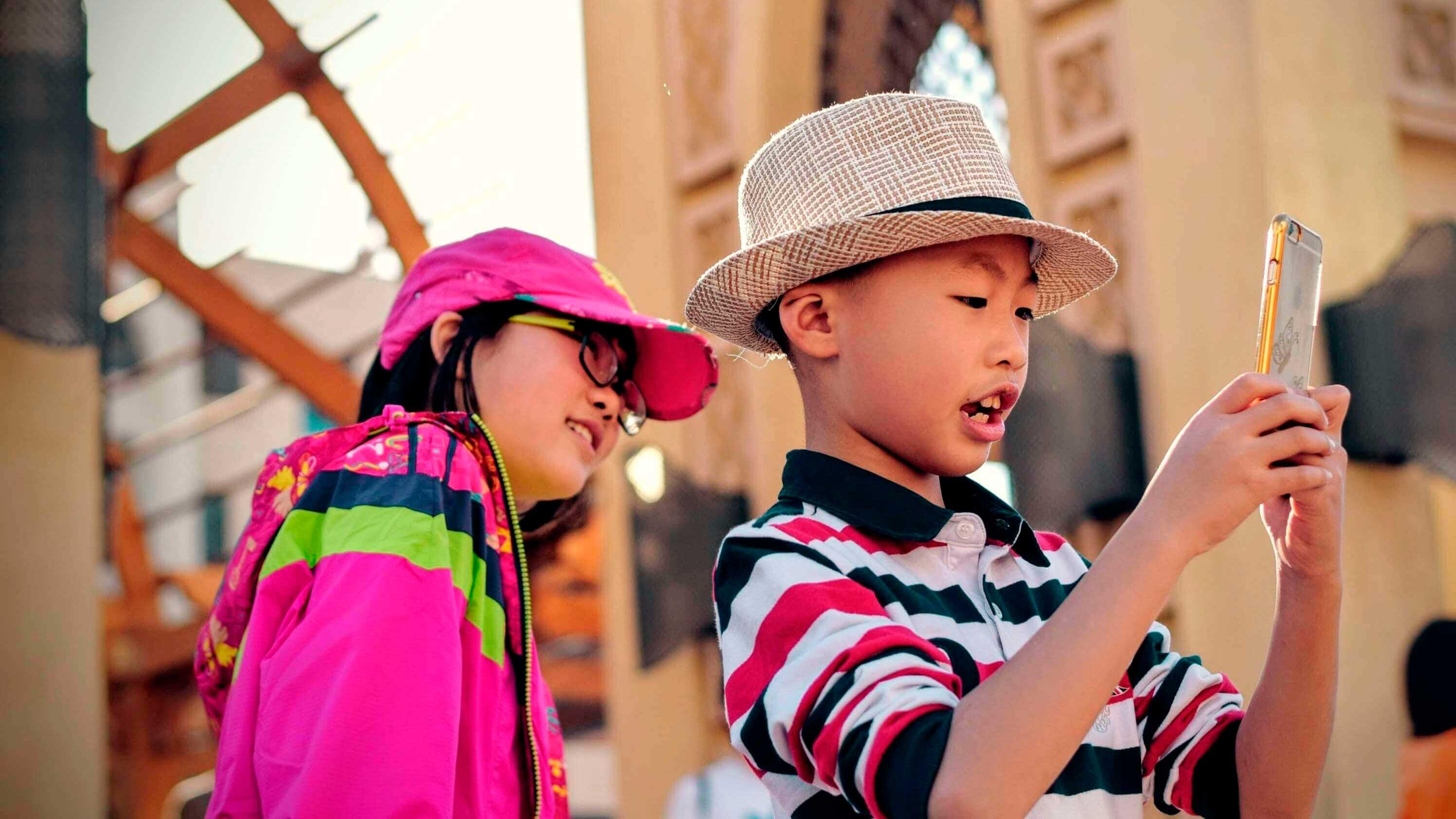 Crianças brincando com smartphone