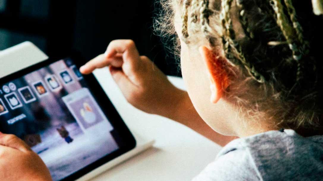 Menino brincando no tablet