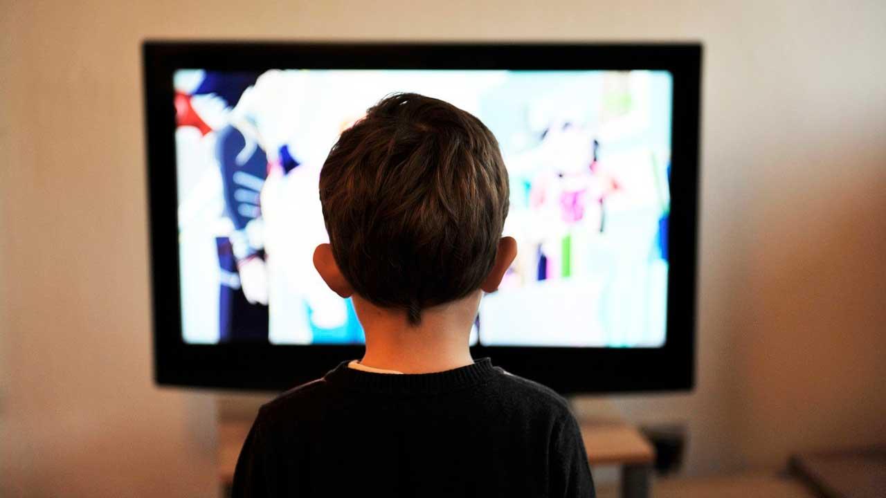 4 motivos para seus filhos assistirem Peppa Pig - Menino assistindo televisão