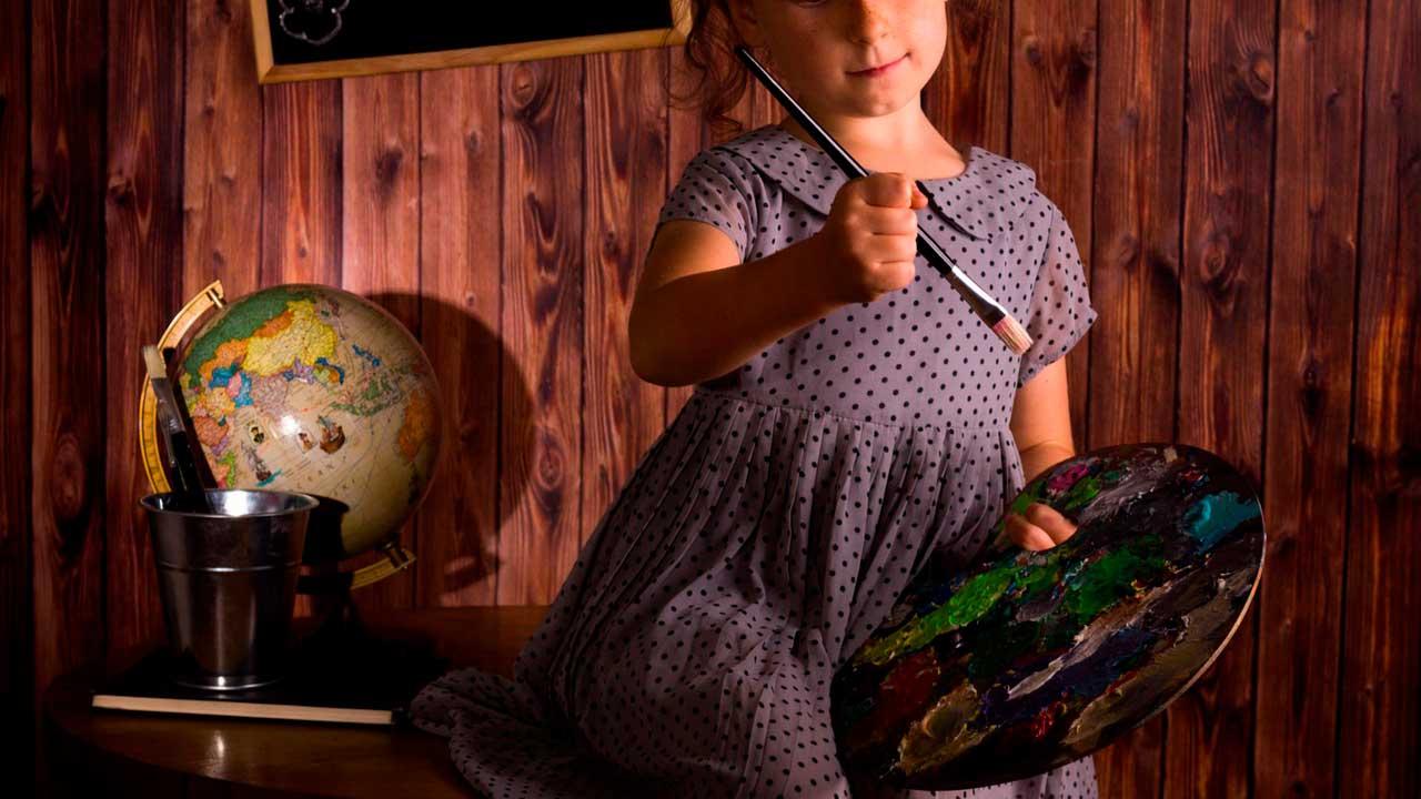 3 Atividades infantis que Estimulam a Criatividade - Menina pintando em sala de aula