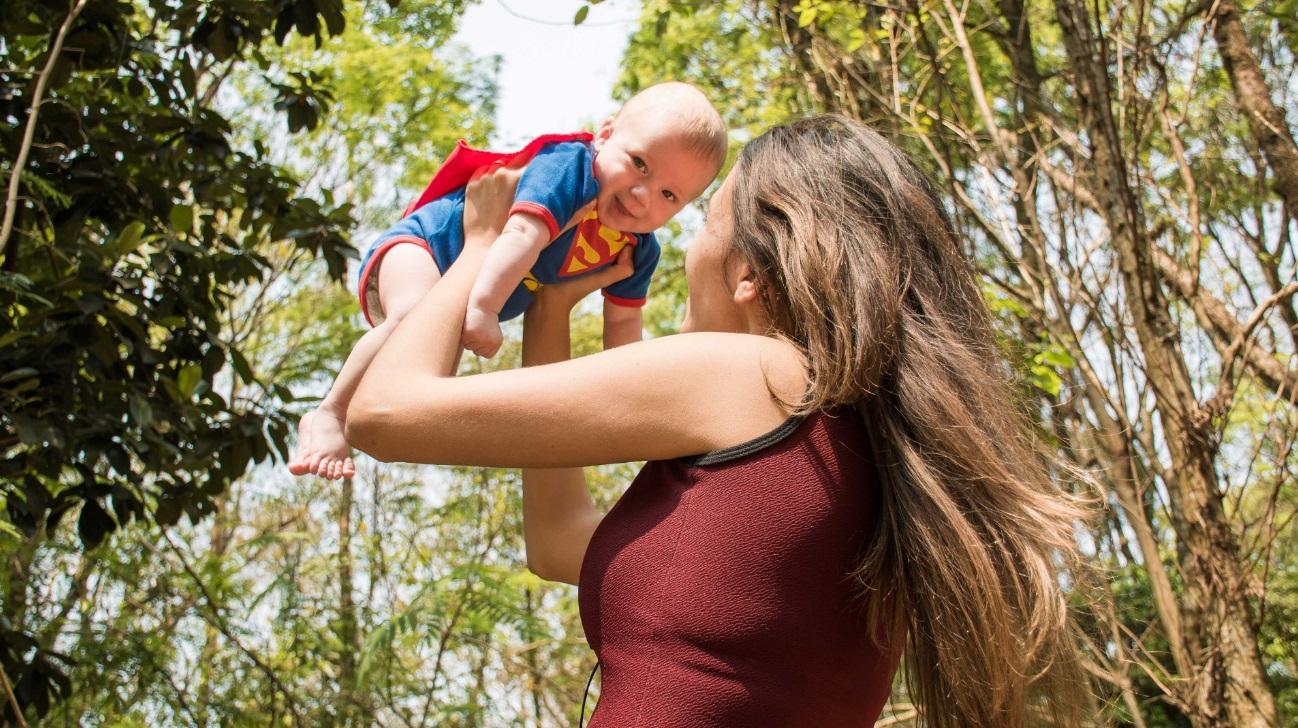 Como educar os filhos - Realmente existe uma fórmula certa para isso: Mãe segurando o filho.