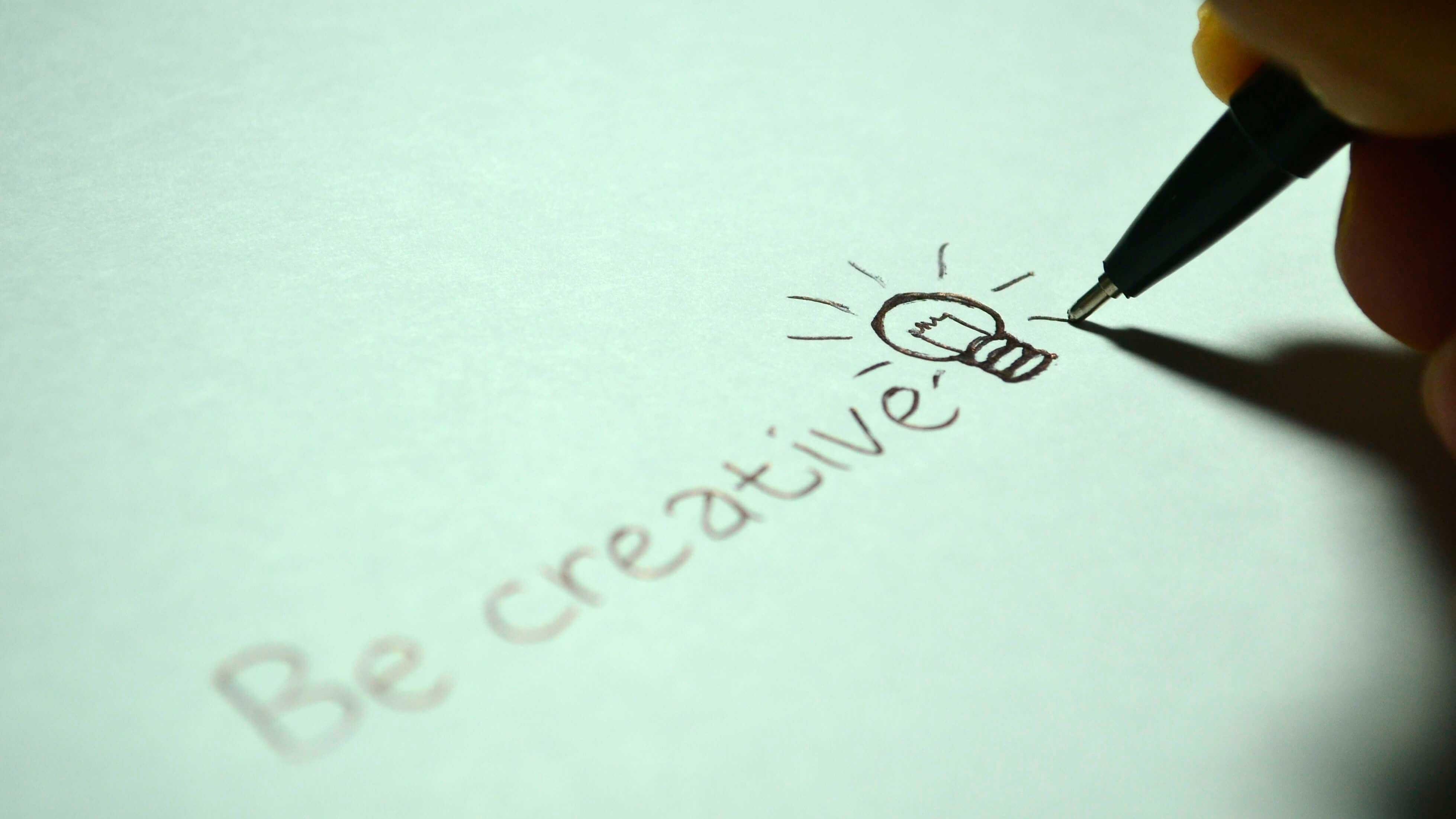 """Caneta escrevendo """"Be Creative"""""""