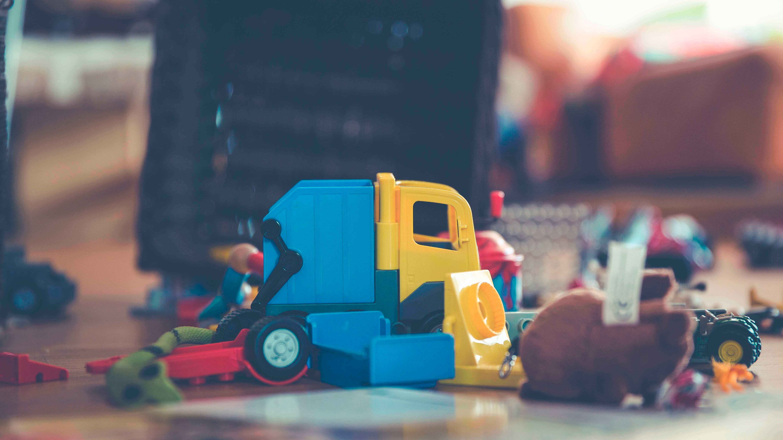 Carrinhos de brinquedo no chão