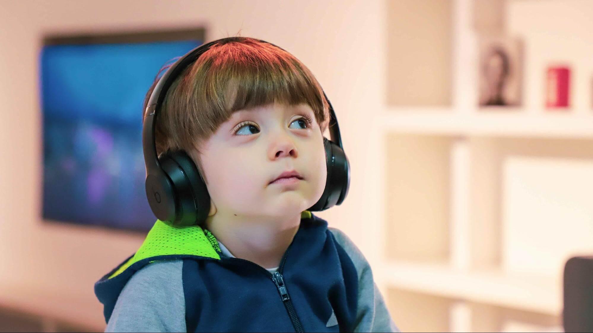Música na eduação infantil: Garoto ouvindo musica na educação infantil