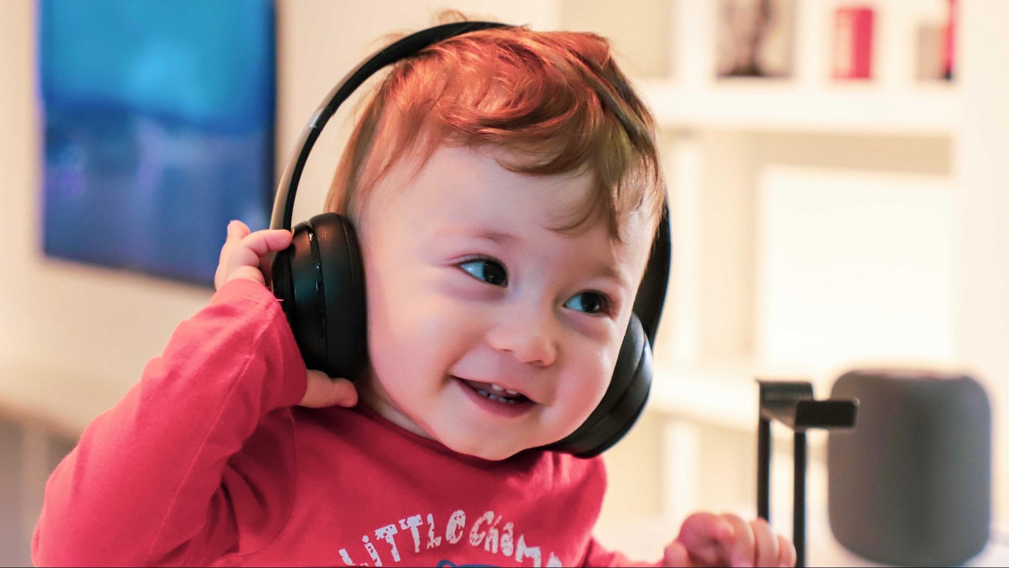 Criança pequena ouvindo música