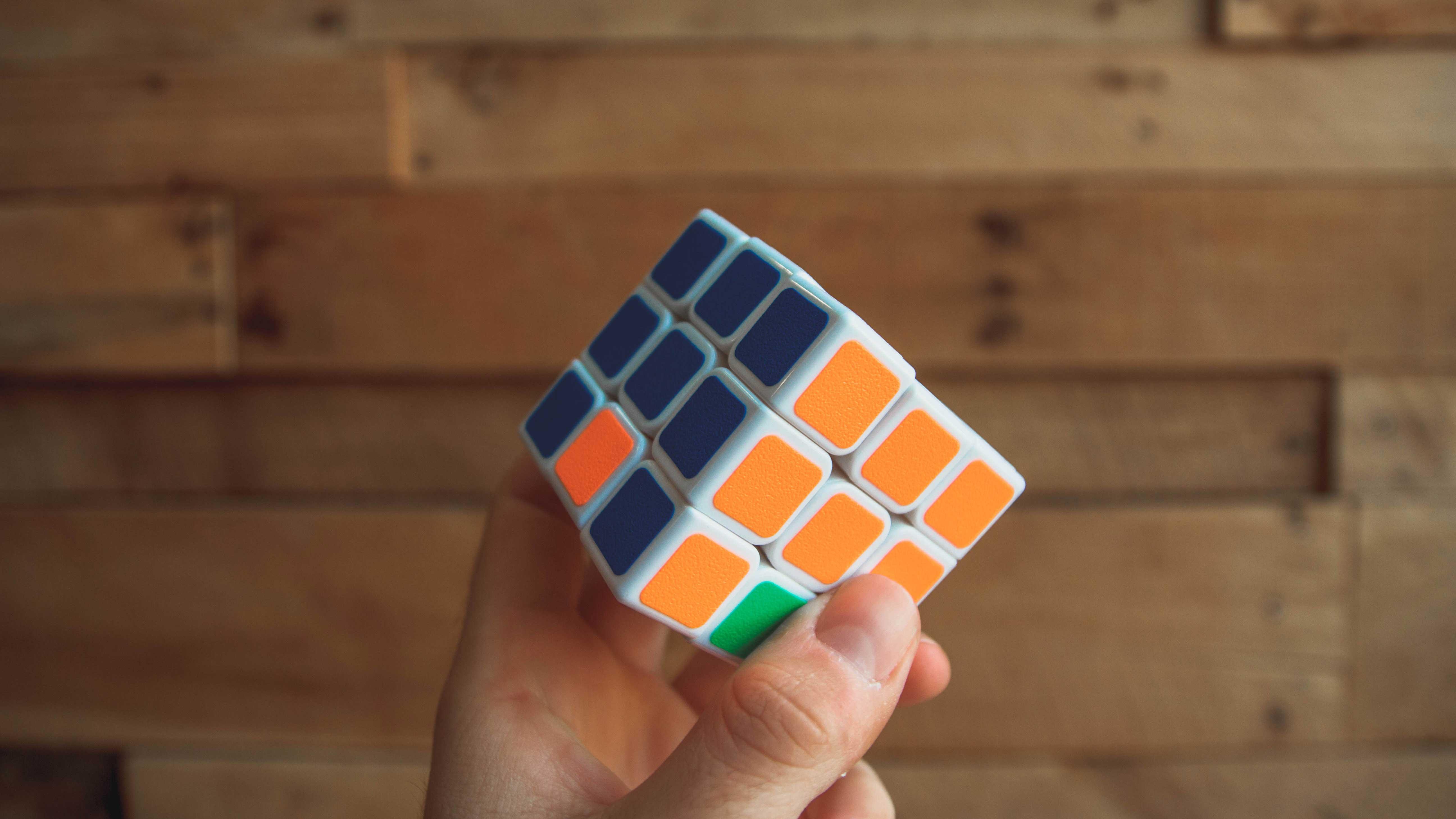 O que aprendi no CPSI em Buffalo (NY) - Cubo mágico com as cores azul, laranja e verde em evidência.