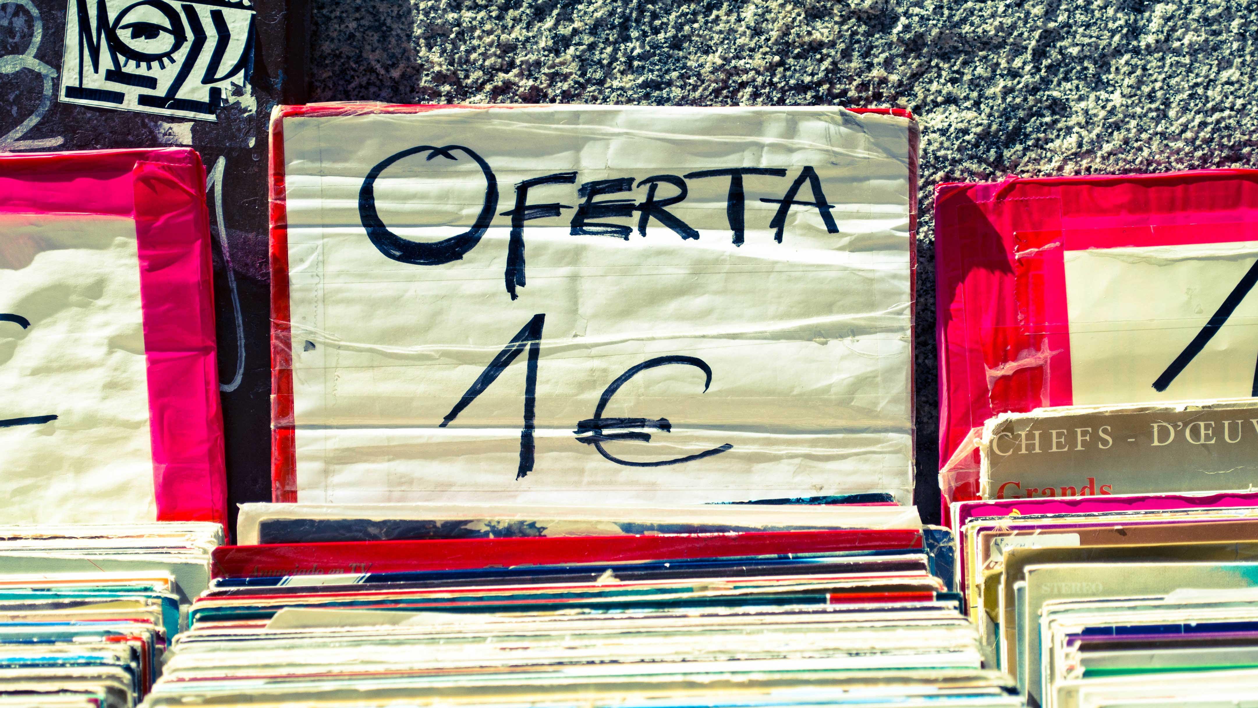 """Placa com a palavra """"Oferta"""" escrita, oferecendo vinils por 1 euro"""