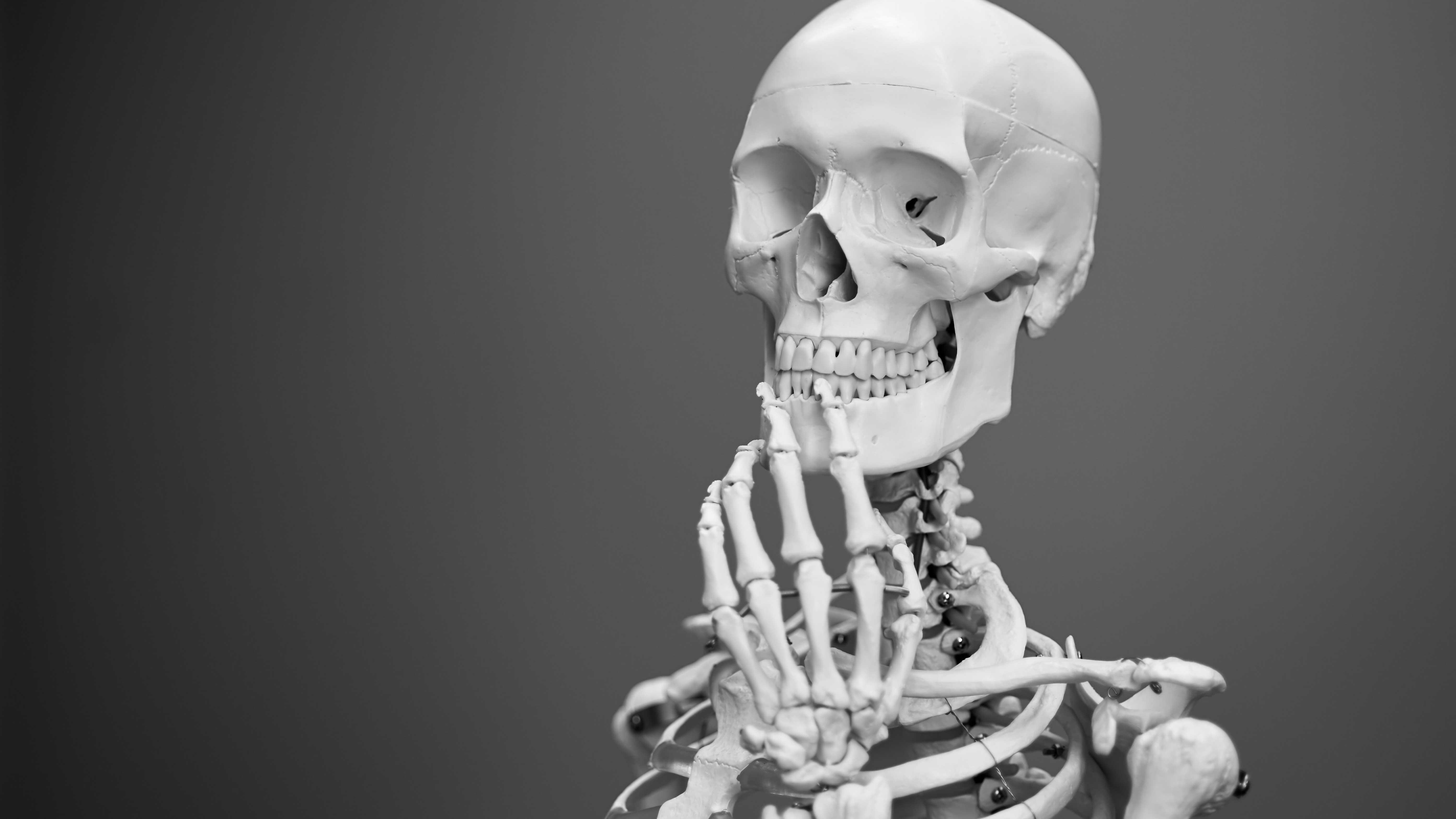 Entenda Como a Mente Funciona em 3 Passos - Esqueleto com a mão no queixo como se estivesse refletindo.