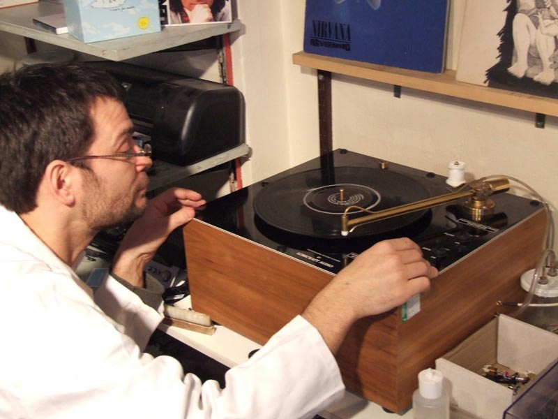 Vinyl record cleaning at Rat Records: French vinyl loving