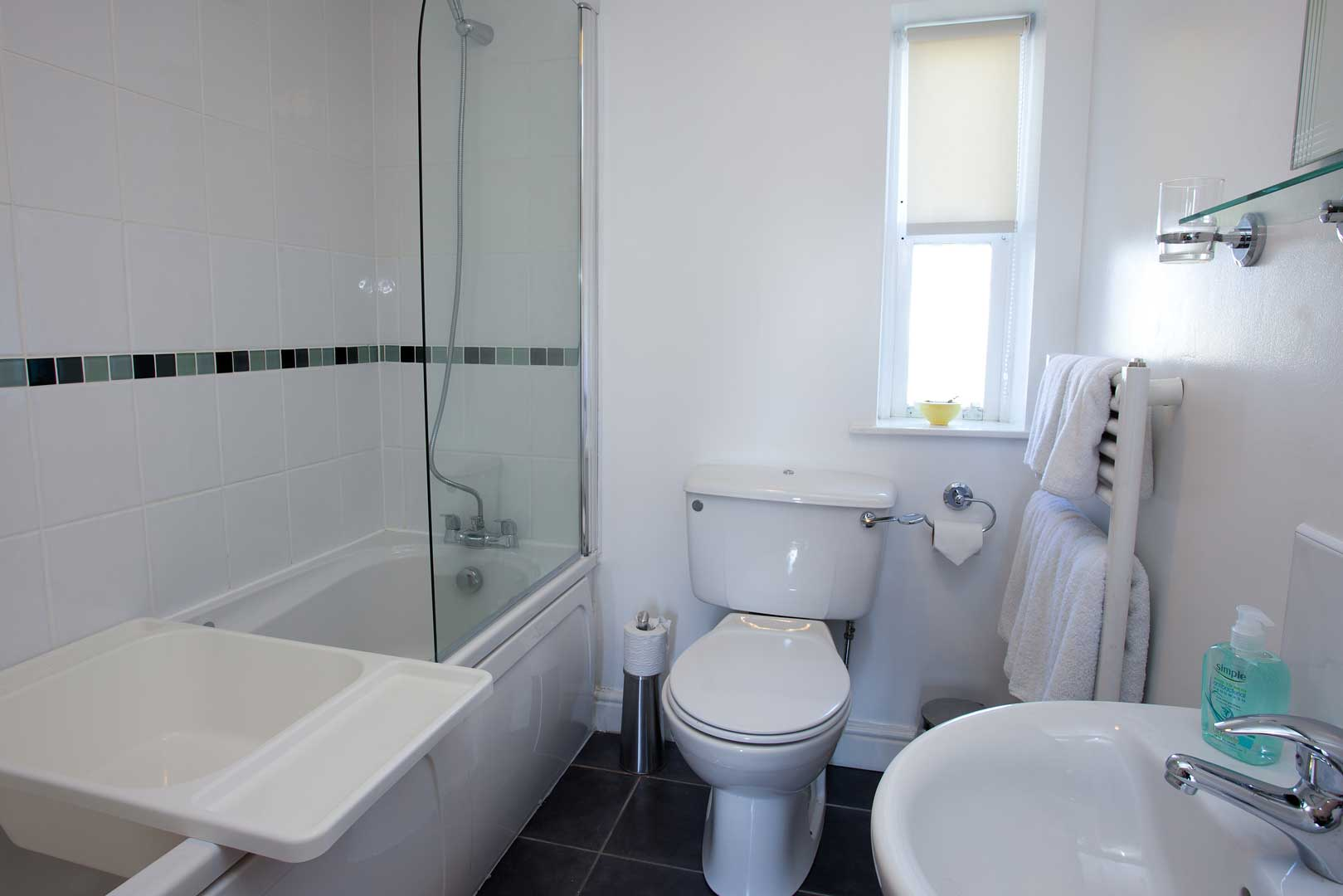 Ardnave apartment: en suite bathroom