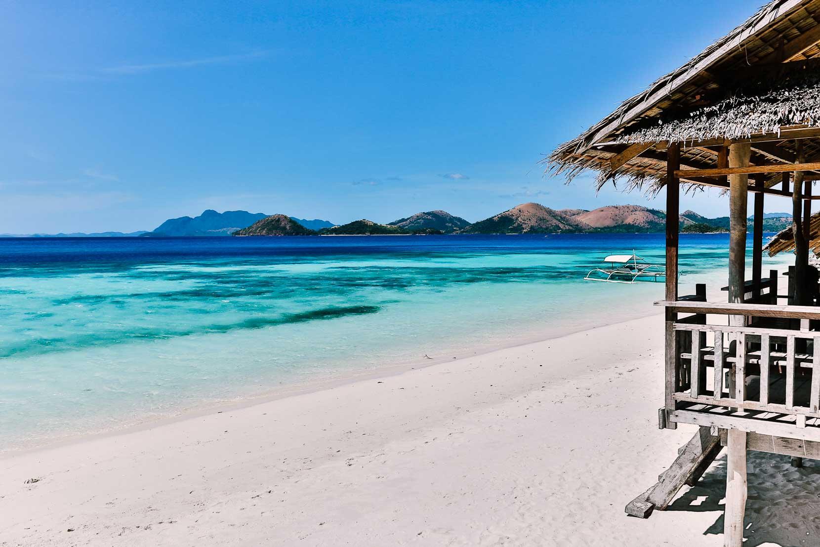 Ein Haus am weißen Strand der Philippinen.