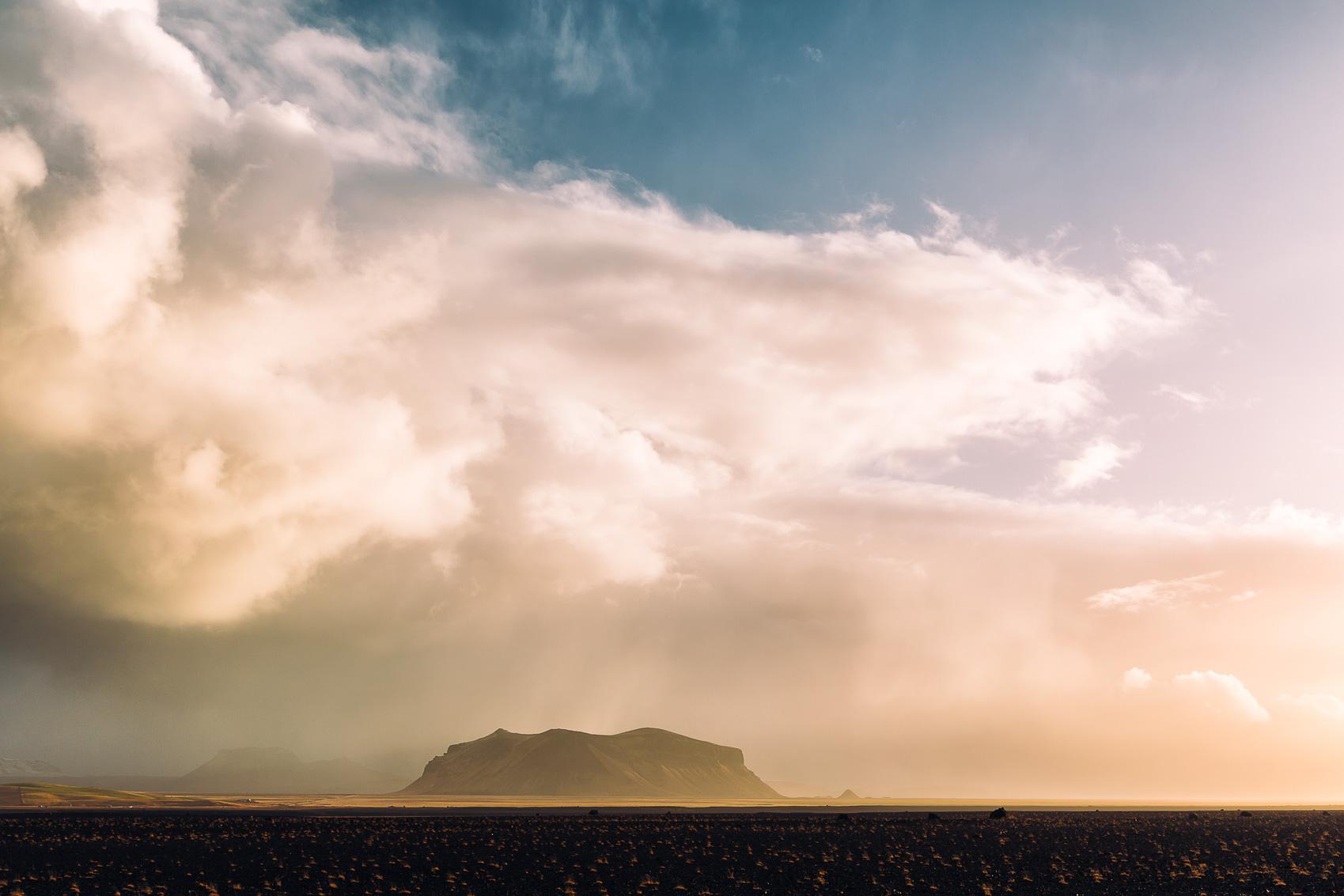Eine mächtige Wolkenformation hinter einem Hügel in Island.