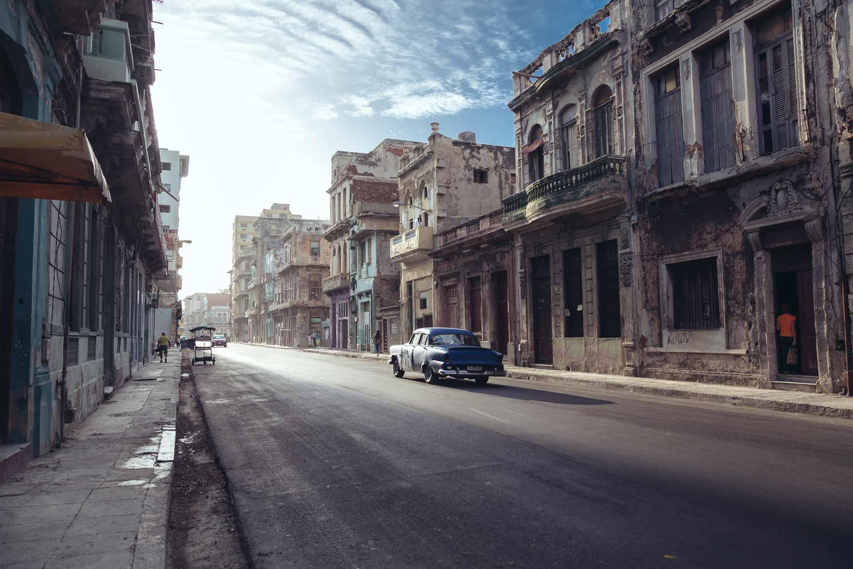 Ein Auto in den Straßen von Kuba.