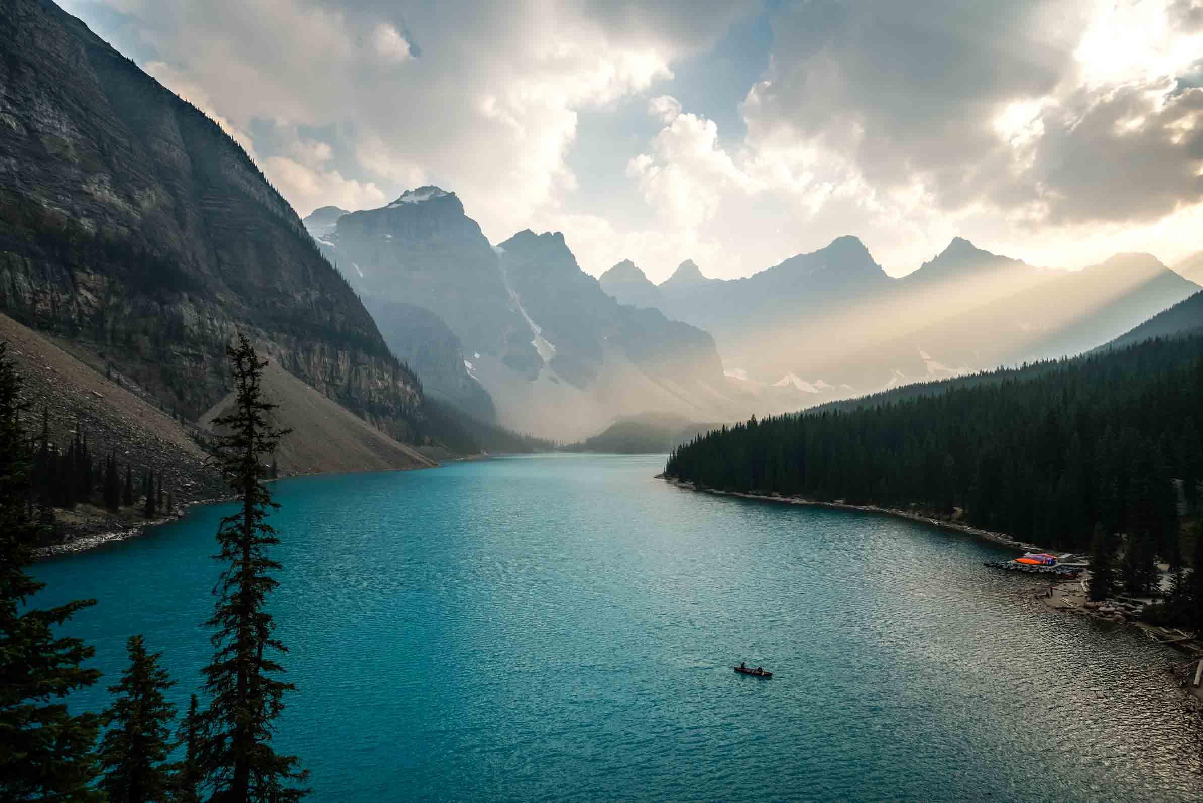 Die letzten Sonnenstrahlen treffen einen See in Kanada.