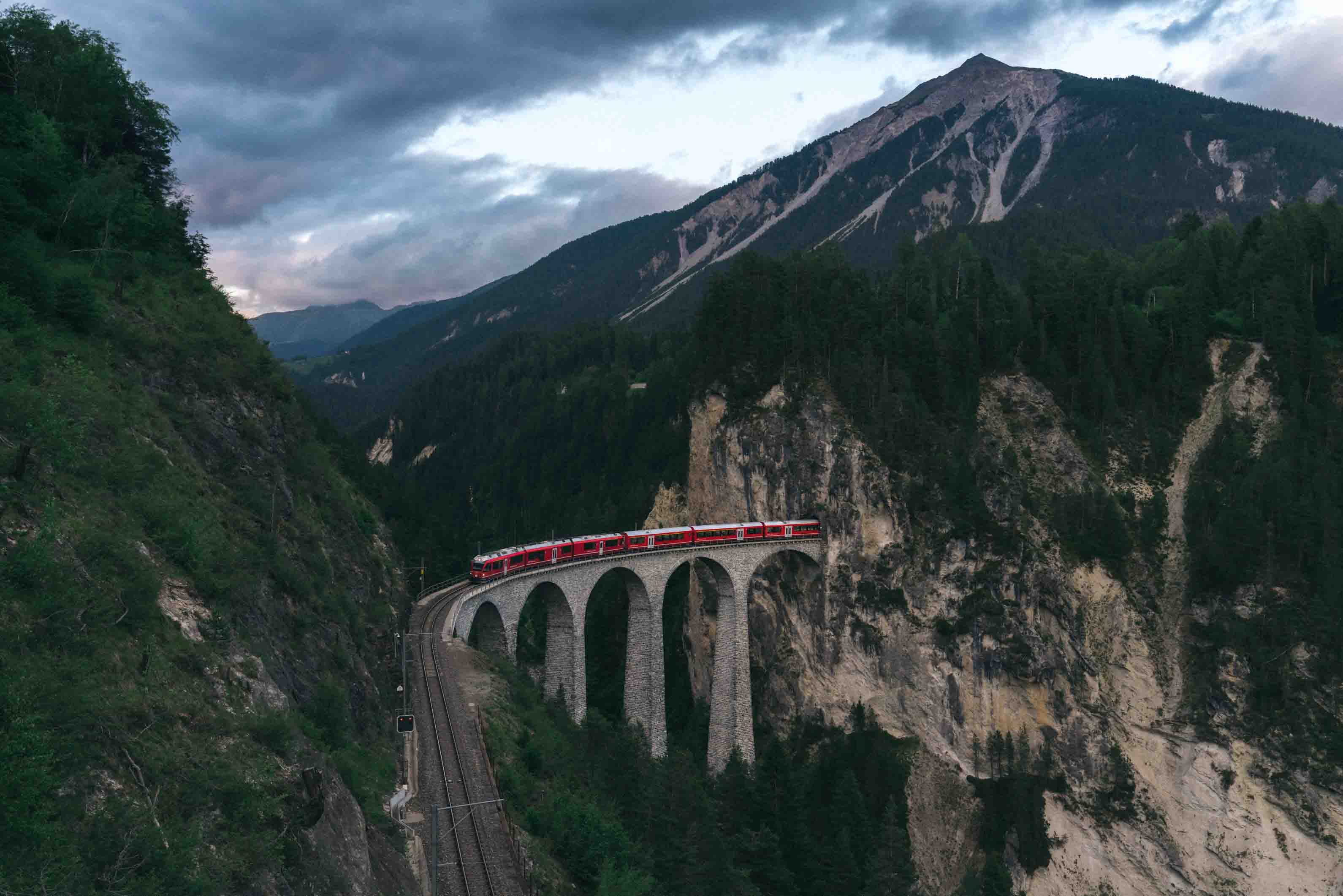 Eine Eisenbahnbrücke im Gebirge in der Schweiz.