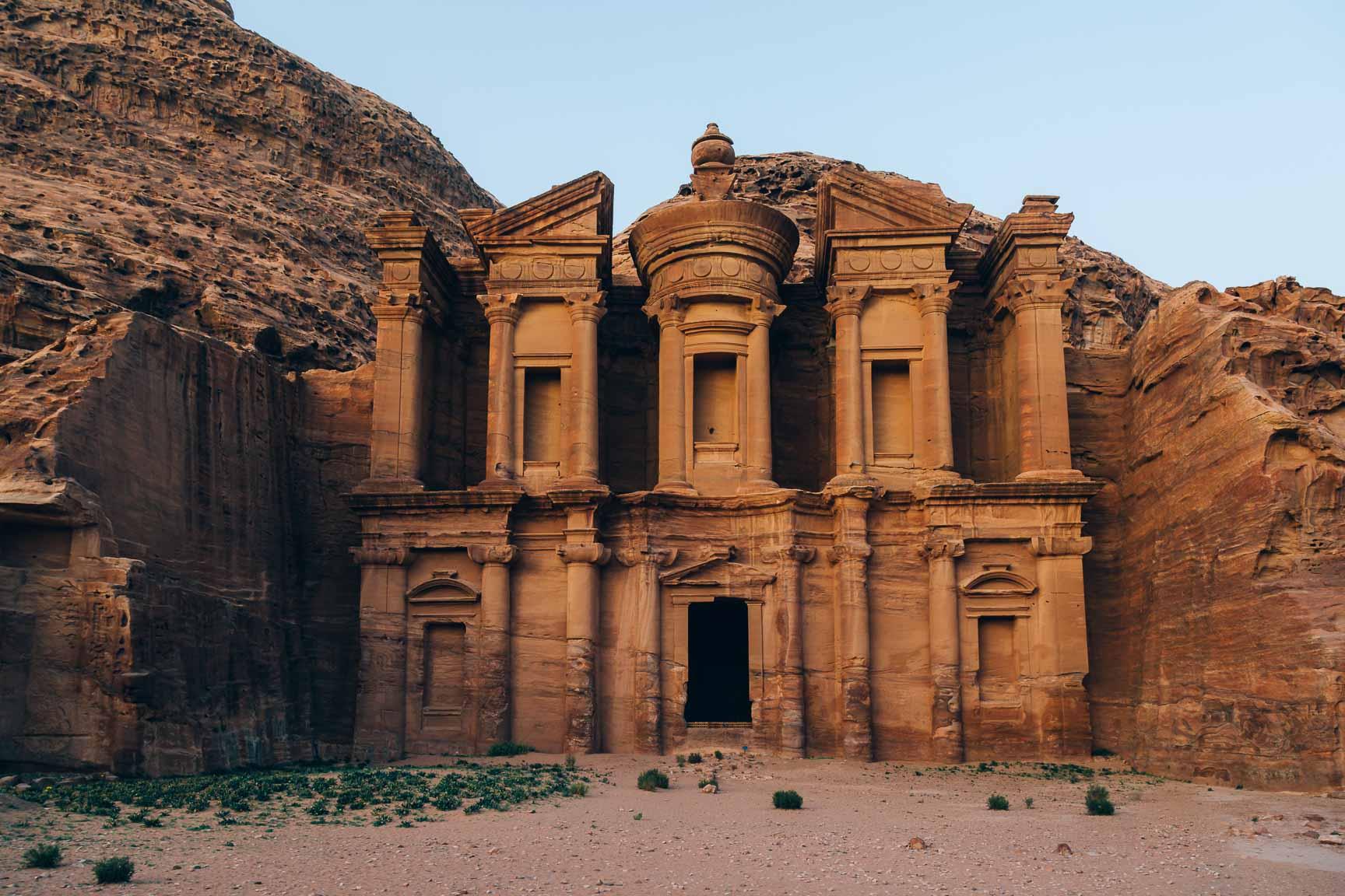 Der Eingang zu einem alten Tempel in Jordanien.