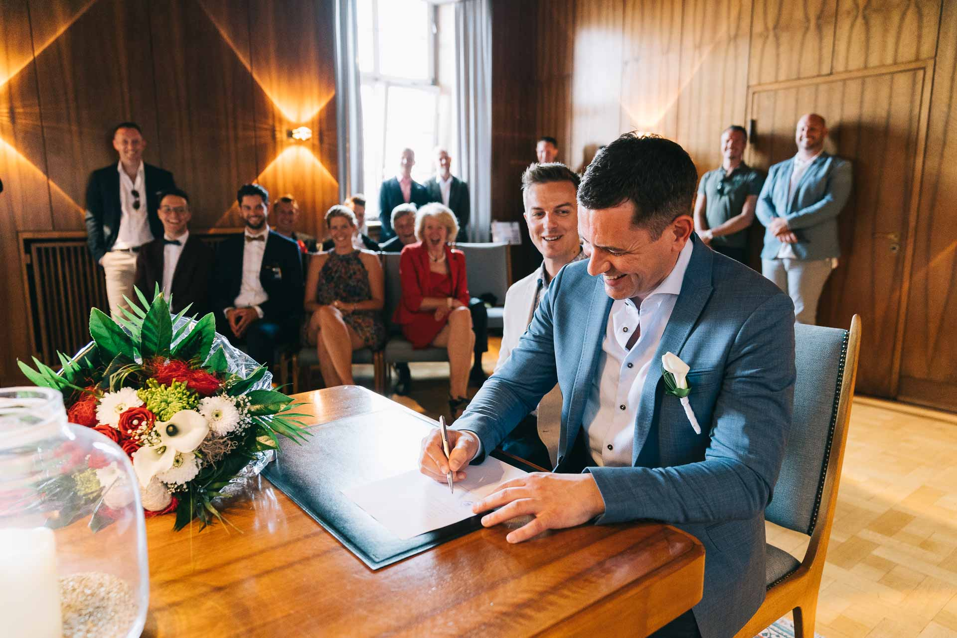 Das Brautpaar unterschreibt den Vertrag im Standesamt.