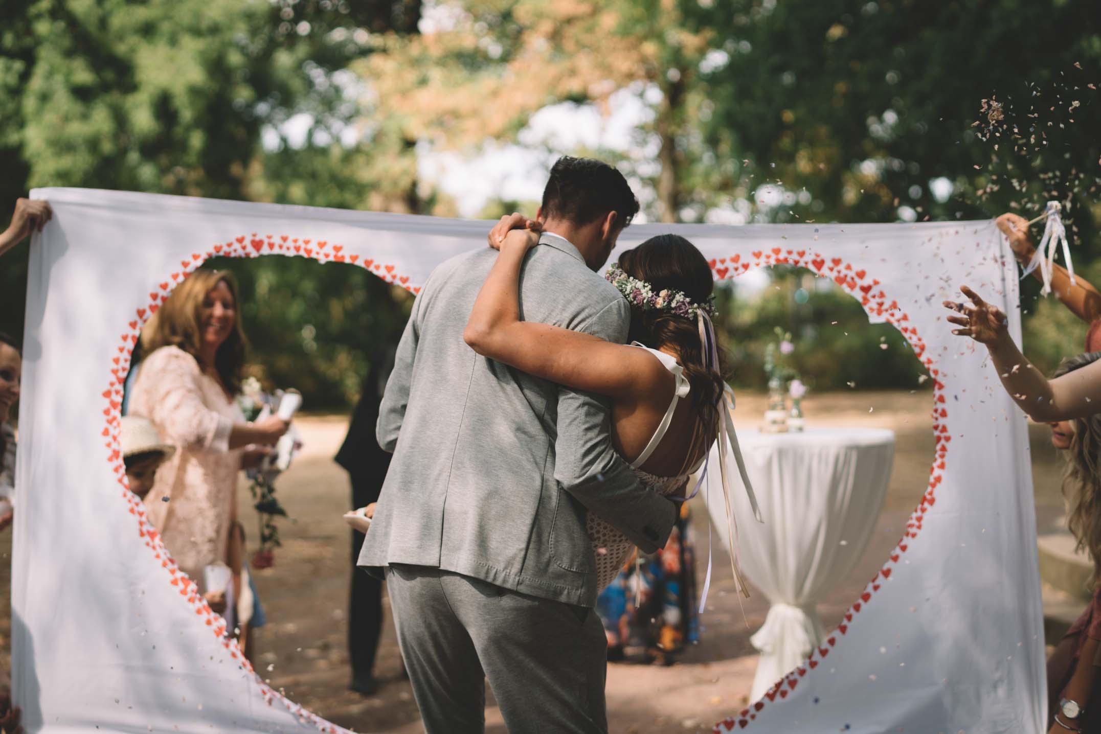 Der Bräutigam trägt seine Braut auf Händen.
