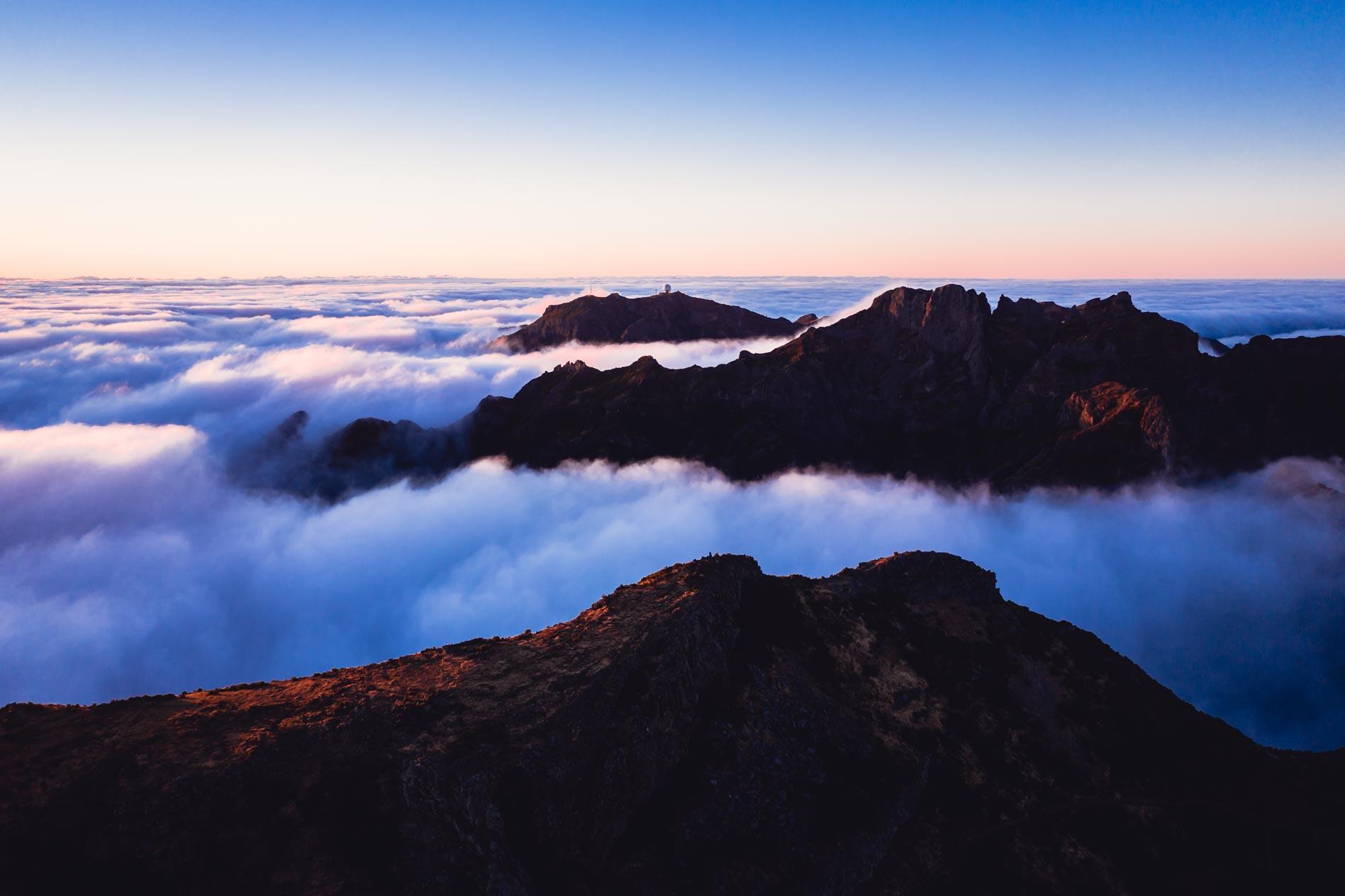 Ein Wolkenmeer zwischen den Bergen der Insel Madeira.