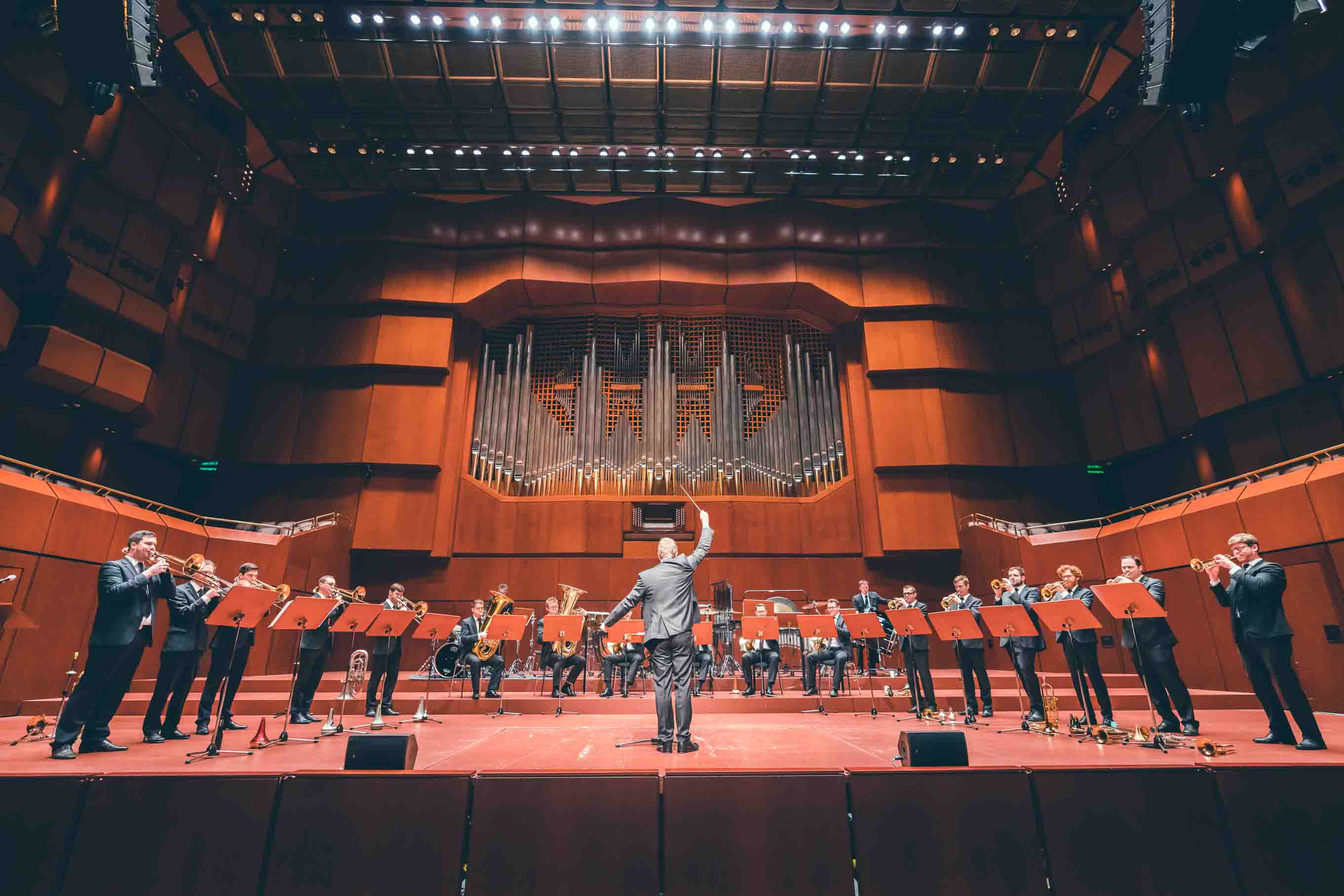 Ein Konzertsaal voller Blechbläßer.