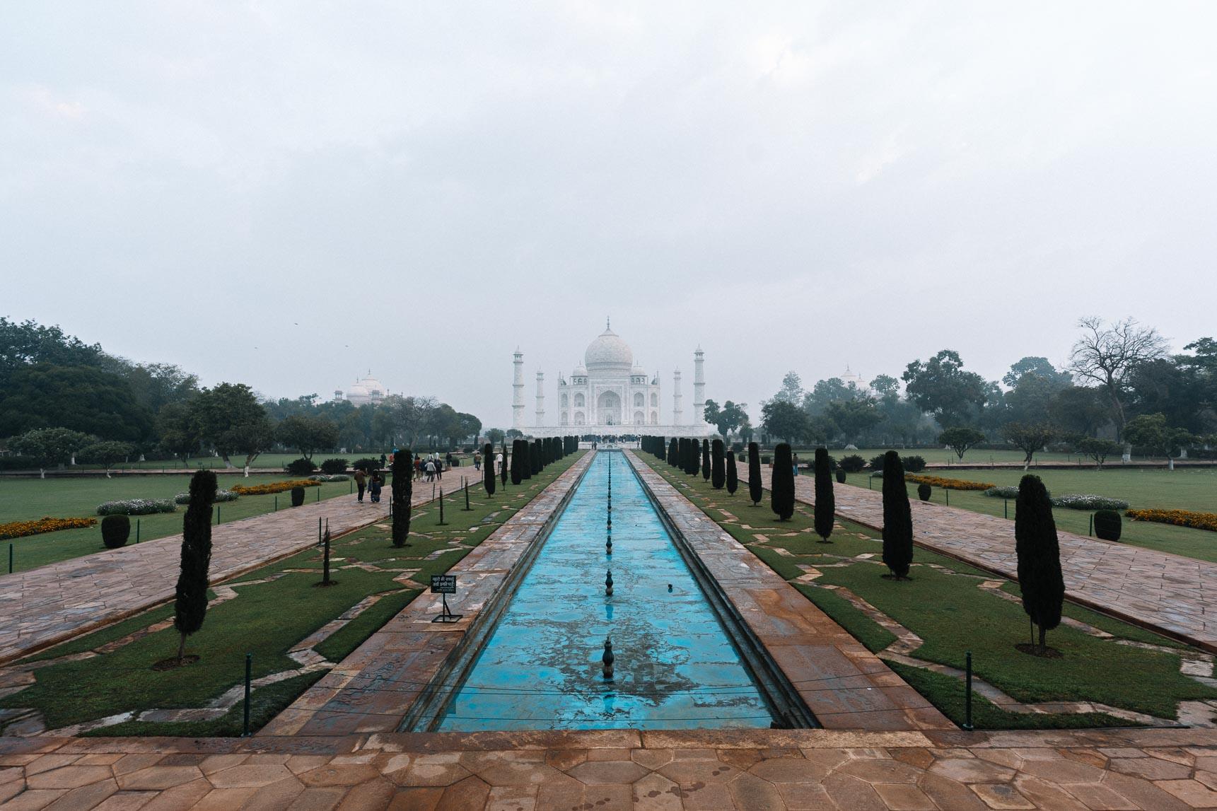 Der Brunnen vor dem Taj Mahal in Indien.