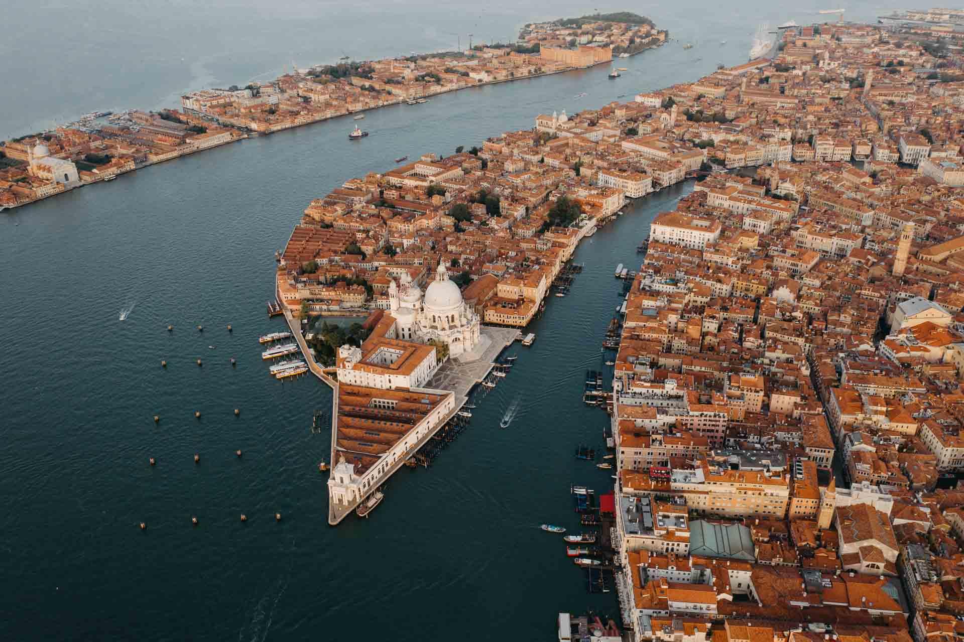 Die Häuser von Venedig aus der Luft.