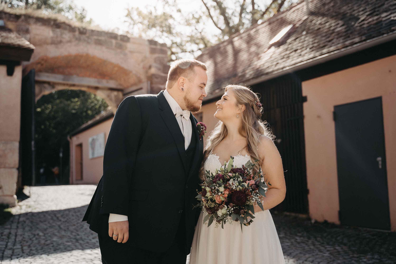 Das Brautpaar küsst sich in der Altstadt.
