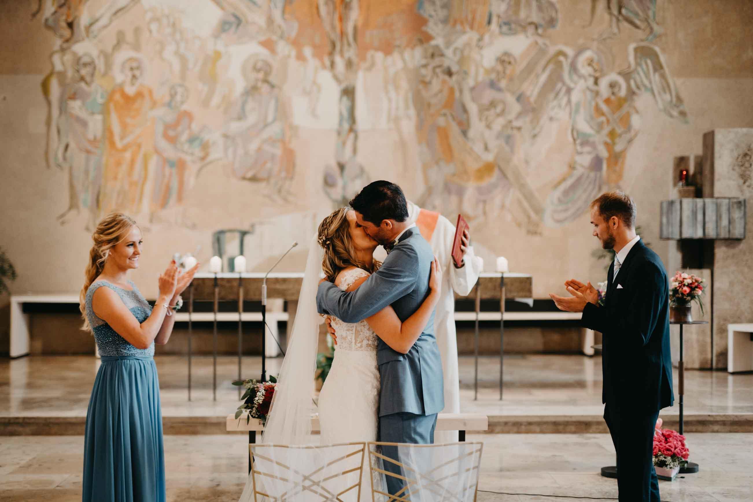Das Brautpaar fällt sich nach dem Ja-Wort in die Arme.