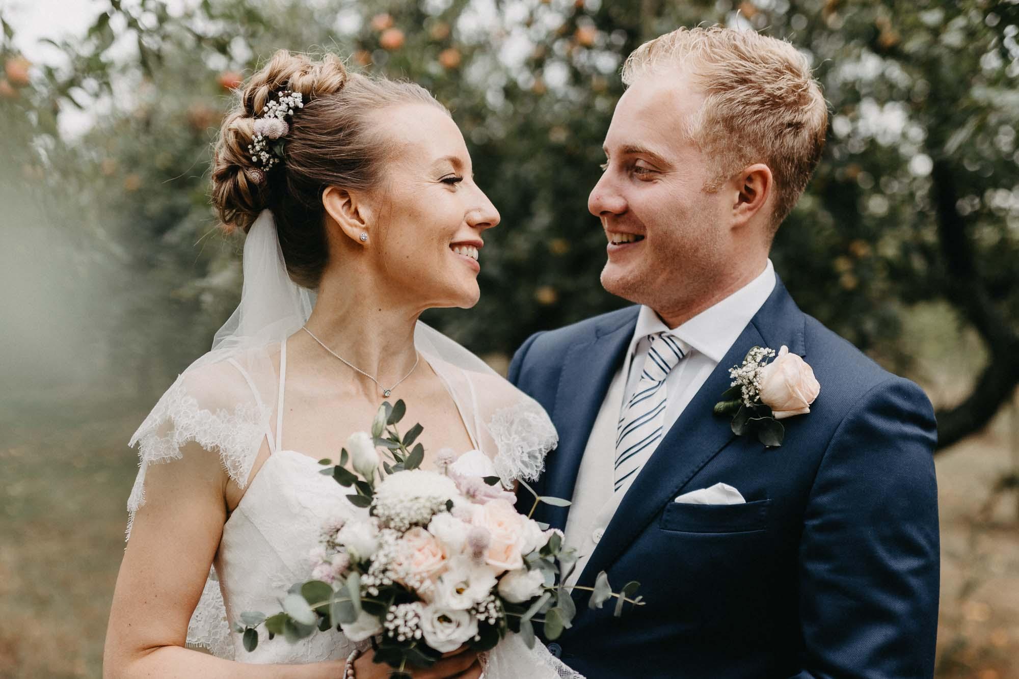 Das Brautpaar schaut sich verliebt an.