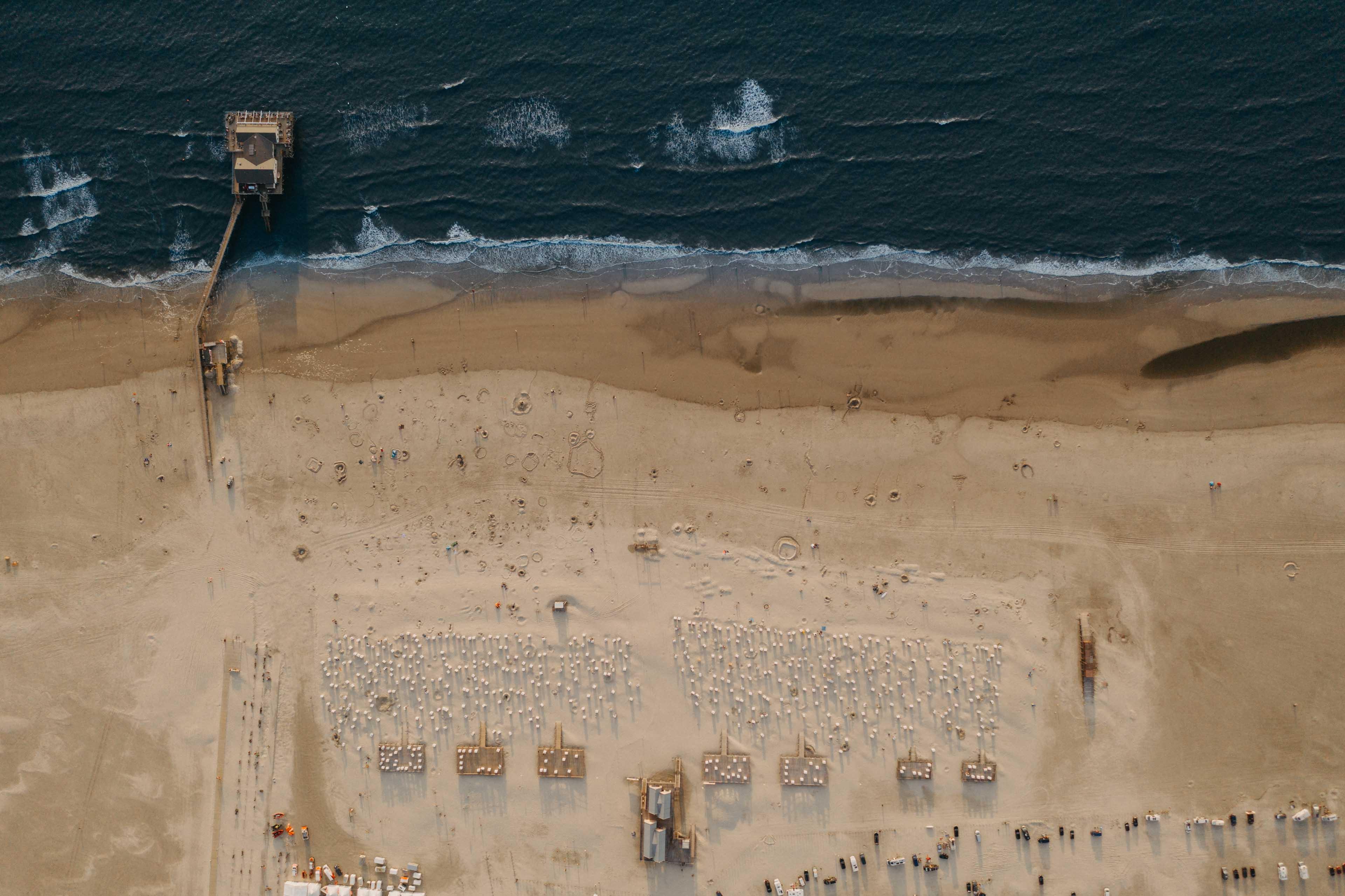 Eine Drohnenaufnahme vom Strand.