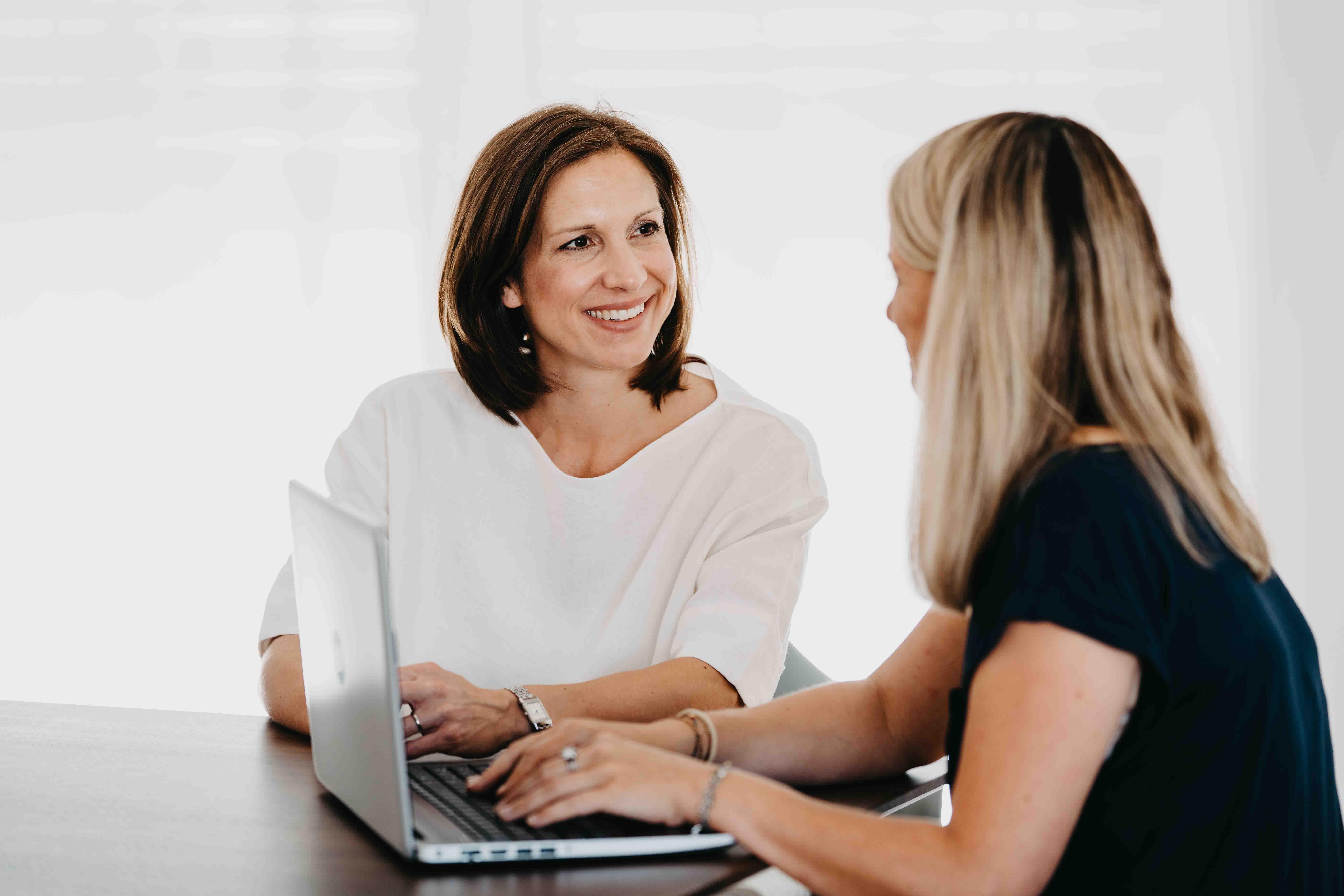 Zwei Frauen unterhalten sich angeregt miteinander.