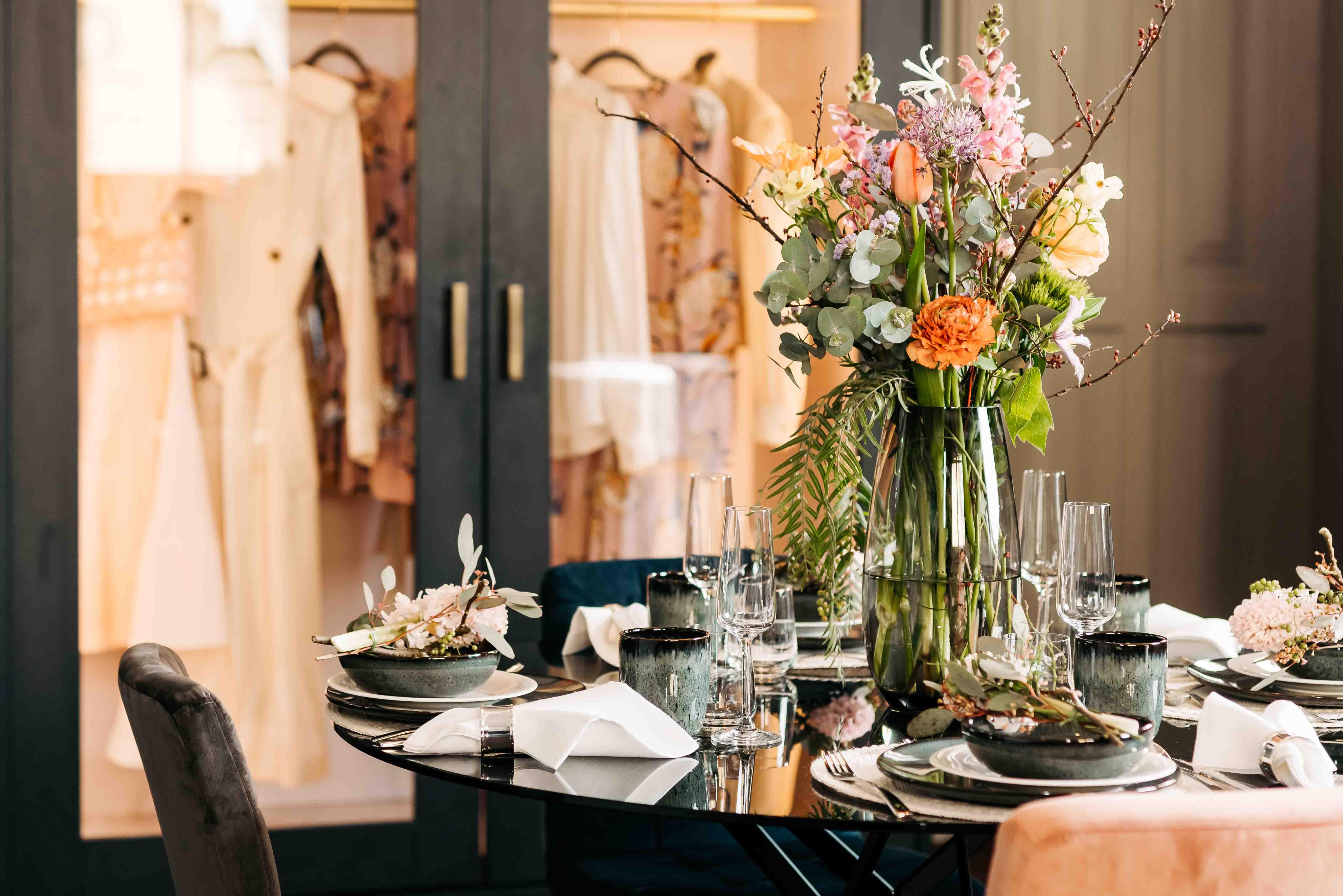 Ein bunt dekorierter Tisch mit Blumen.