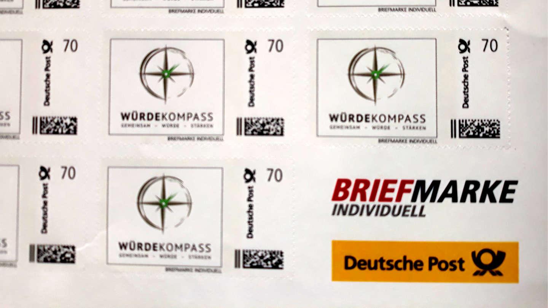 Briefmarken mit dem Logo des Würdekompass