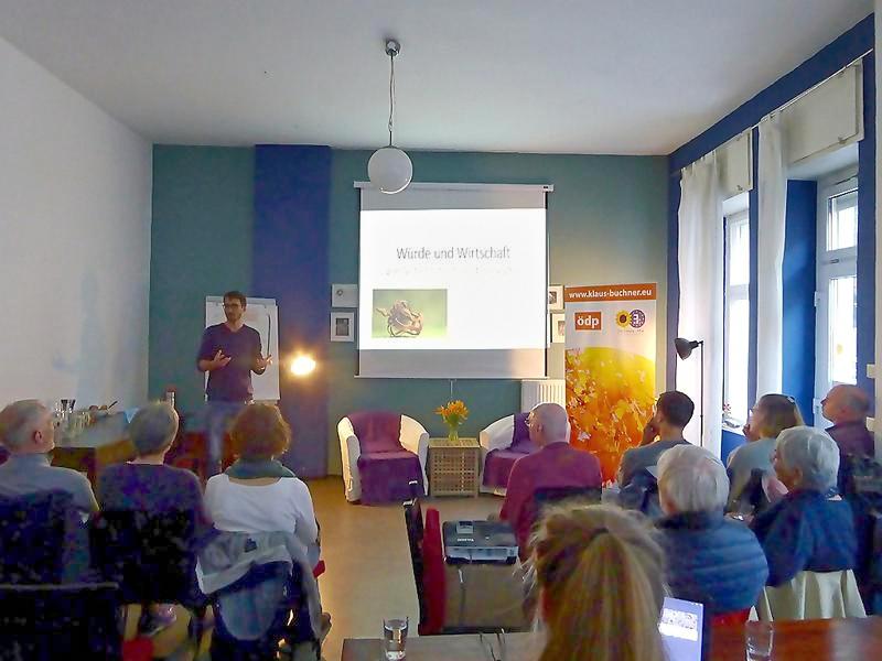 Aktion der Berliner Würdegruppe Vortrag zum Thema Würde und Wirtschaft - von Verletzungen und Lösungen