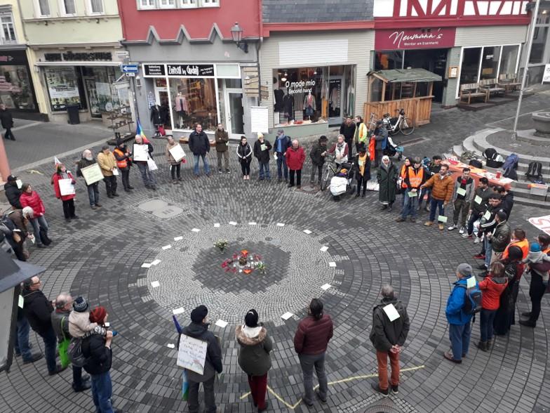 Mehr als 60 Würdeschützer auf dem Eisenmarkt in Wetzlar – Aktion der Würdekompass-Gruppe Mittelhessen