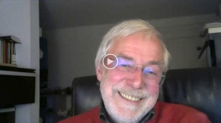 Ein Gespräch mit Gerald Hüther im Wohnzimmer-Setting