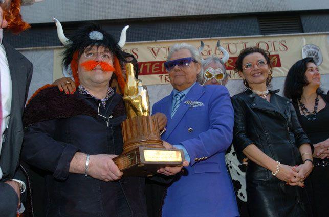 """""""Remise de la bouteille d'Or 2009 du Dis Vin Gaulois (Paris 15e)"""" Michou et Gaëlle Villien Photo Thierry Gougenot 2010"""